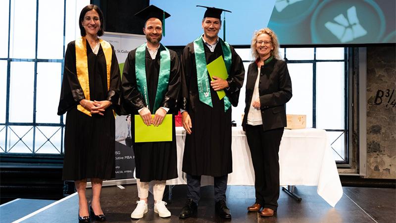 Die strahlenden Preisträger Manuel Zehr (links im Bild), Ivo Zillig (rechts im Bild), umrahmt von Institutsleiterin Karolin Frankenberger (l.) und Jurypräsidentin Daniela Decurtins (r.).