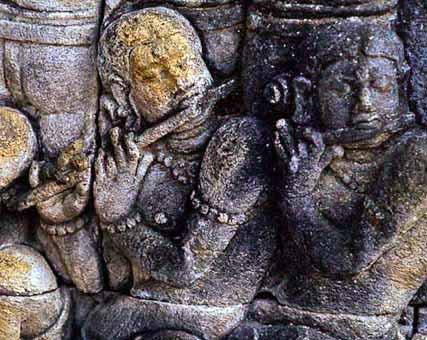 bassorilievo con flautisti a Borobudur, Giava, circa VIII secolo - foto Sergio Fiucci