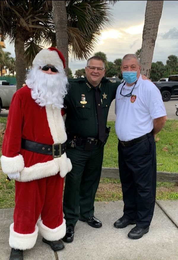 Sheriff Wayne Ivey and Santa Claus at the 25th Annual Reindeer Run.