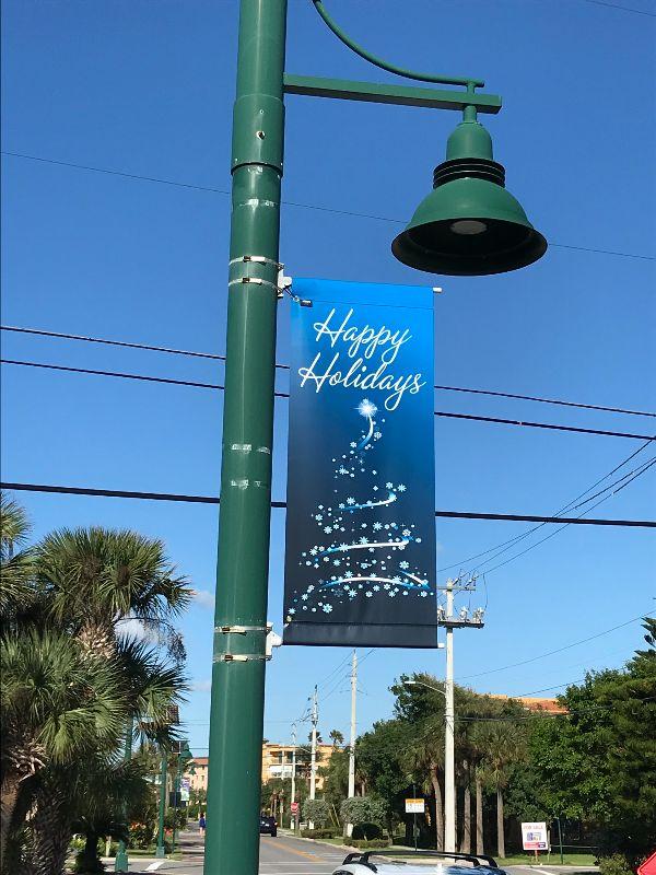 Holiday sign on pole saying Happy HOlidays