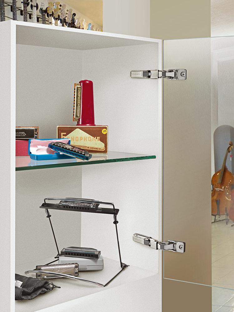 Panty Salice CBG2AE9 použití v dřevěném kabinetu se skleněnými dvířky.