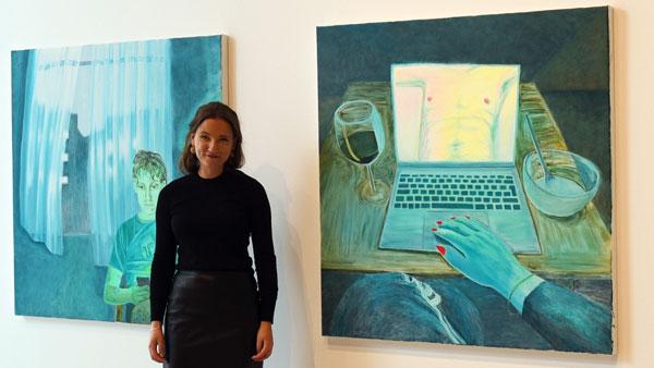 Foto, Judit Kristensen framför två stora målningar.