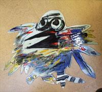 En emalj. En fågel med stora svarta ögon, lite öppen näbb och ett myller av fjädrar. Stjärtfjädrarna är randiga. De andra har olika färger och linjer. Fjädrarna är som hoptrasslade utan ordning.