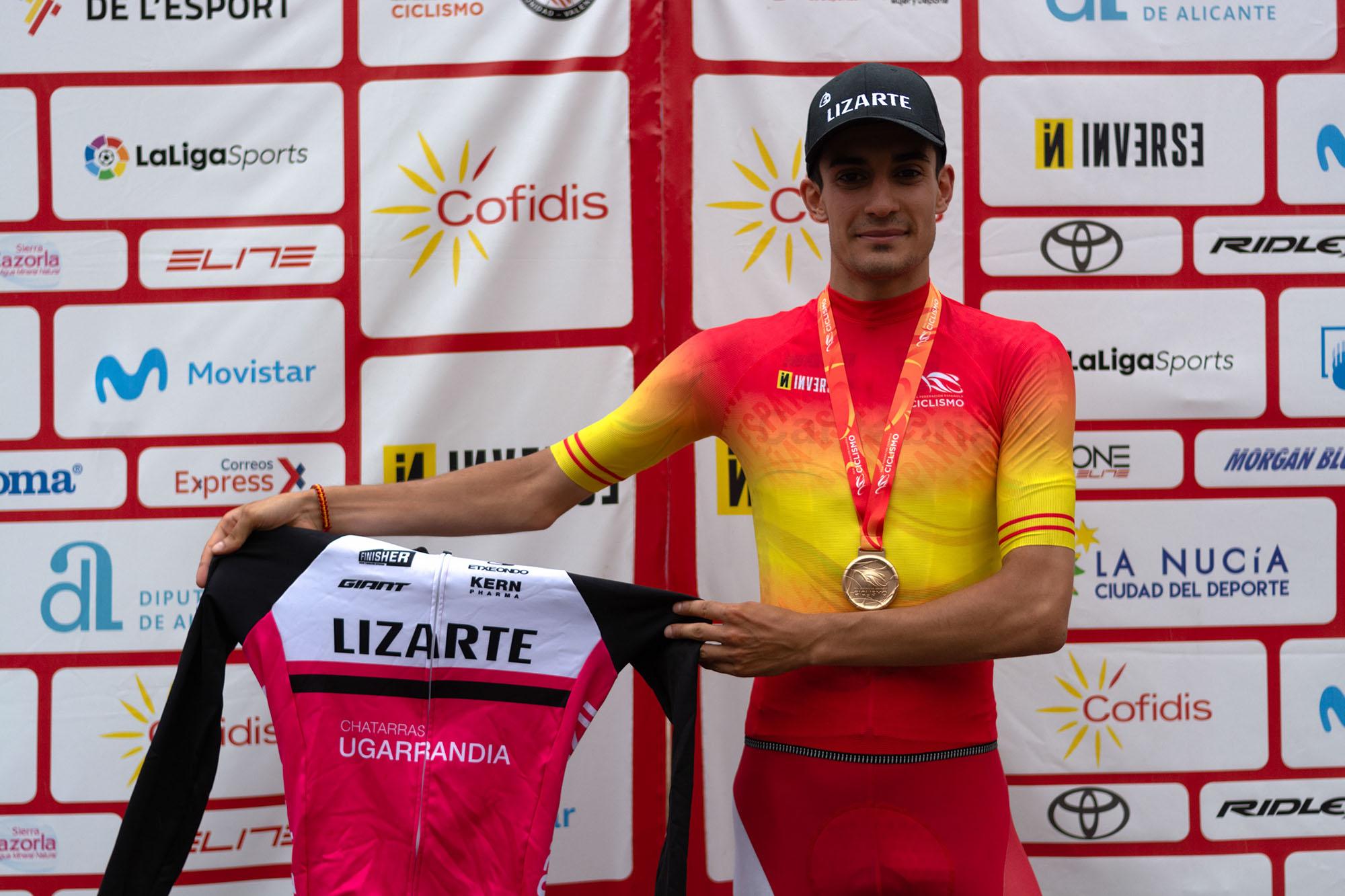 Iván Cobo, con el maillot y la medalla de campeón de España sub23.
