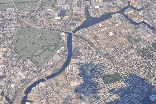 An ariel photogrpah of Newtown Creek cutting between Brooklyn and Queens