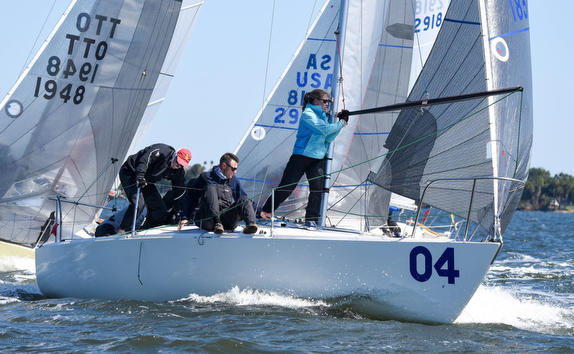 J/24s rounding marks at Midwinters Regatta