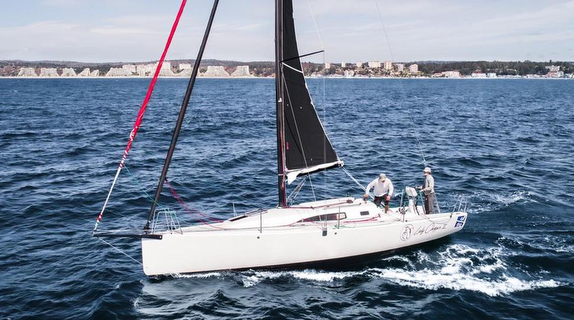 J/99 sailing with doublehead rig