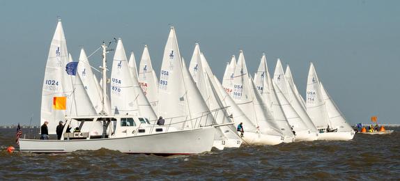 J/22s sailing off start