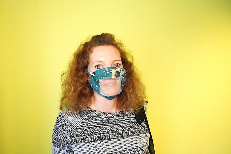 Crédit photo : Michaël Lans, FEBRAP : Image d'une dame portant un masque à visière transparente