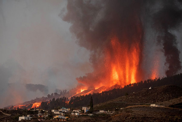 Mount Cumbre Vieja erupts in El Paso, spewing out columns of smoke, ash and lava.