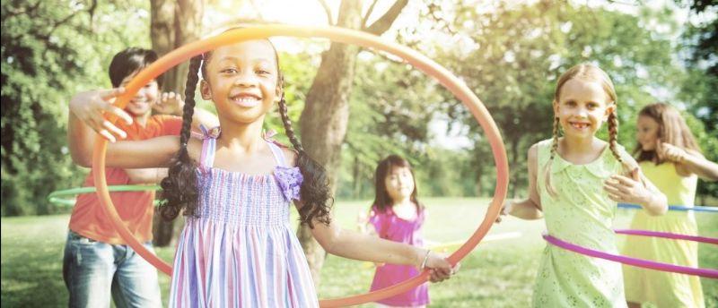 Kinderen die met hoepels buitenspelen