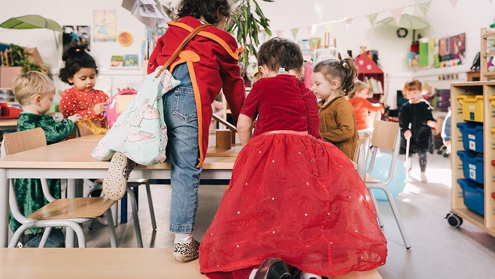 kind met prinsessenkleed en kind met ridderkostuum