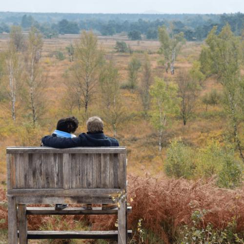 2 mensen op een bank in wandelgebied Pietersheim