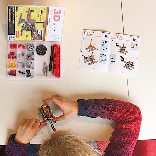 kind bouwt met bouwpakket Heliwi