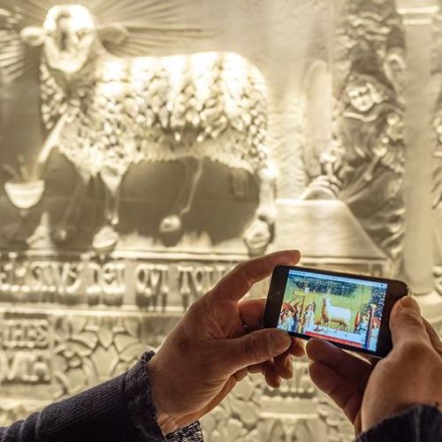 bezoeker met gsm in 'musea sculpta'
