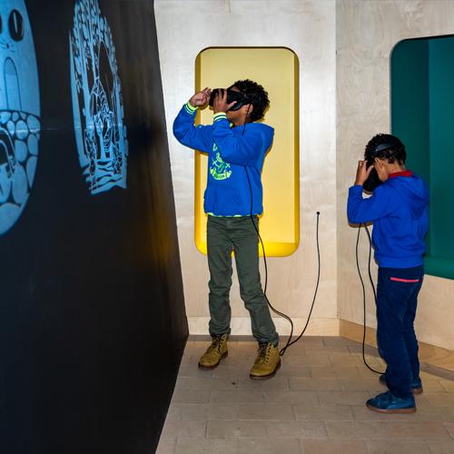 2 jongens met VR-bril in onthaal- en belevingscentrum Hoge Mote