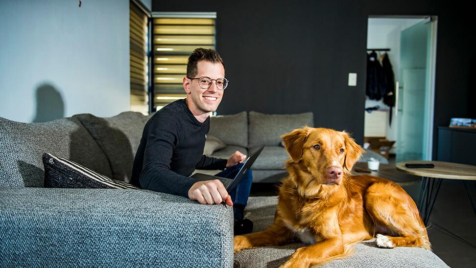 ondersteuner Matthew Cooke met zijn hond