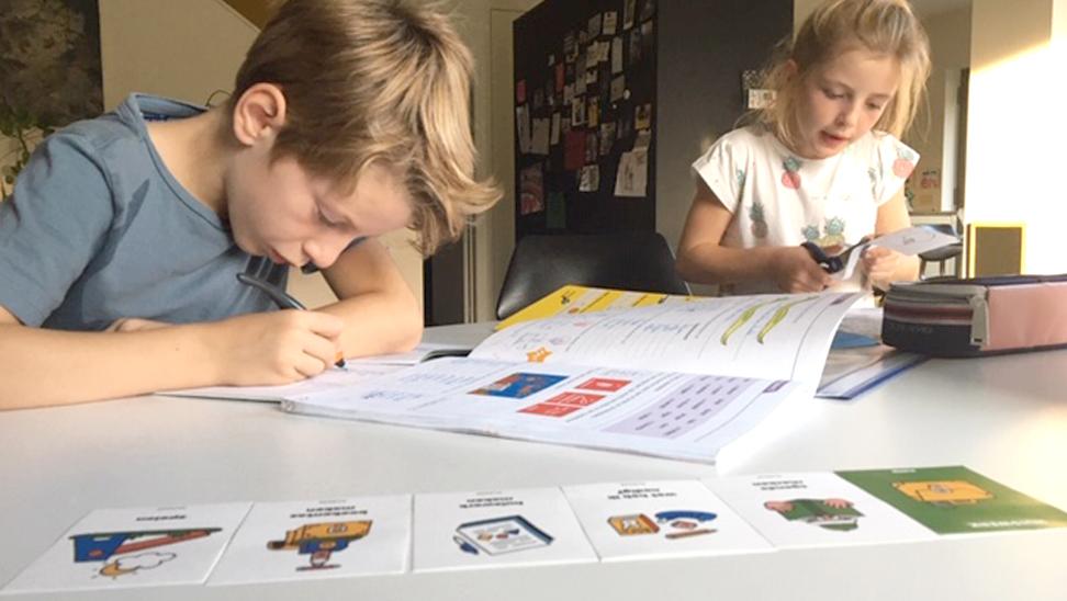 kinderen aan het werk met structuurkaarten