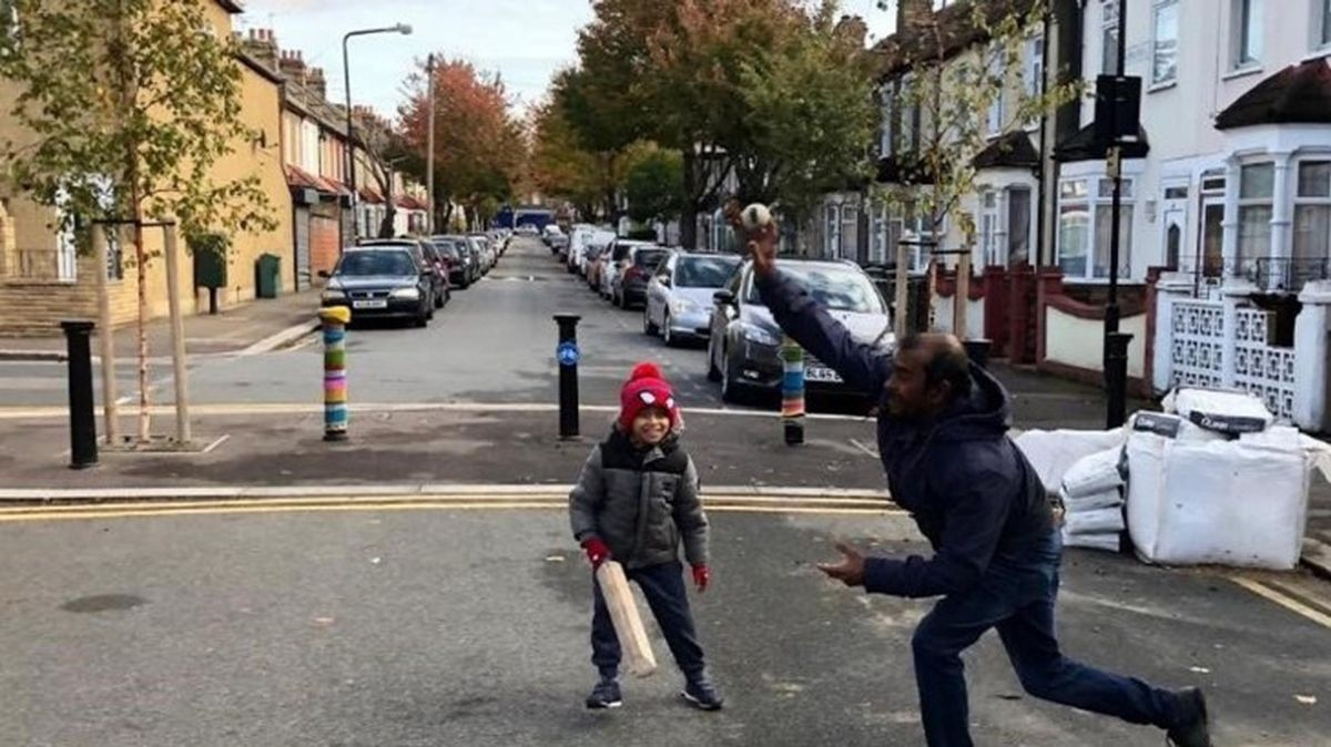 An example of modal filters enabling street play (Sustrans/Sam Williams @play_future)
