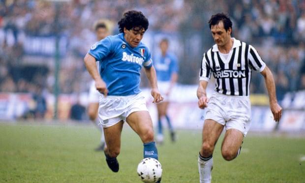 Napoli formasını giyen Maradona, Juventus'lu Luigi De Agostini'yle
