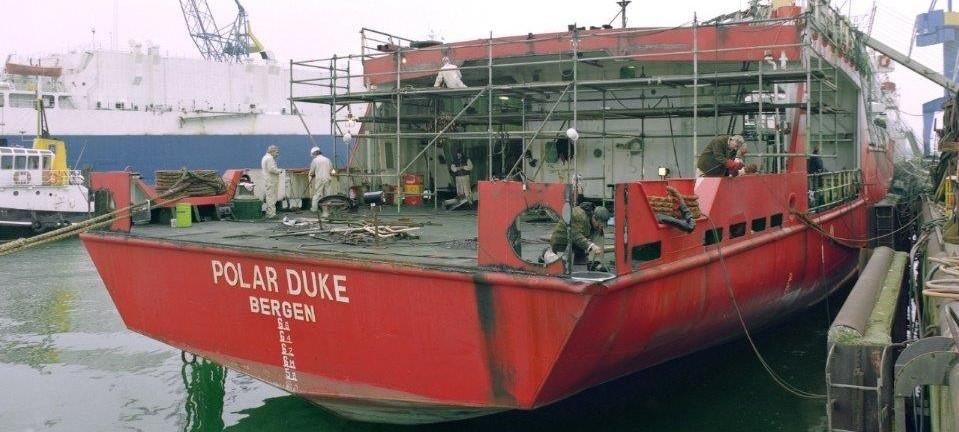 Foto van boot waaraan gewerkt wordt.