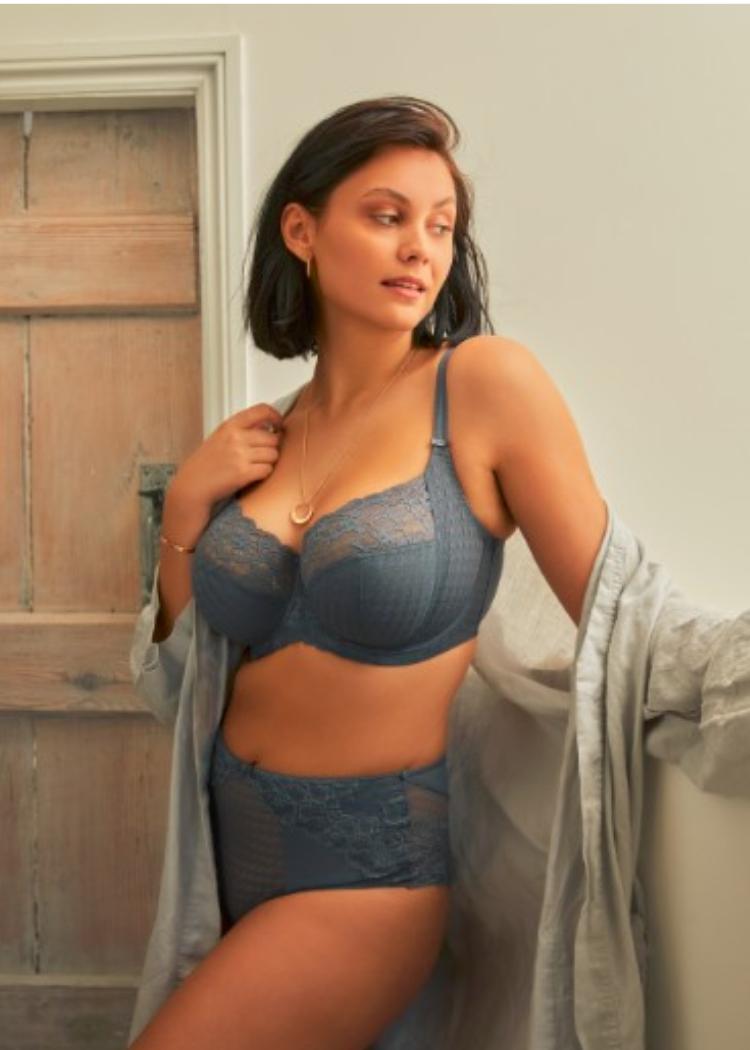 vrouw in ochtendjas in panache lingerie Envy BH in grijs