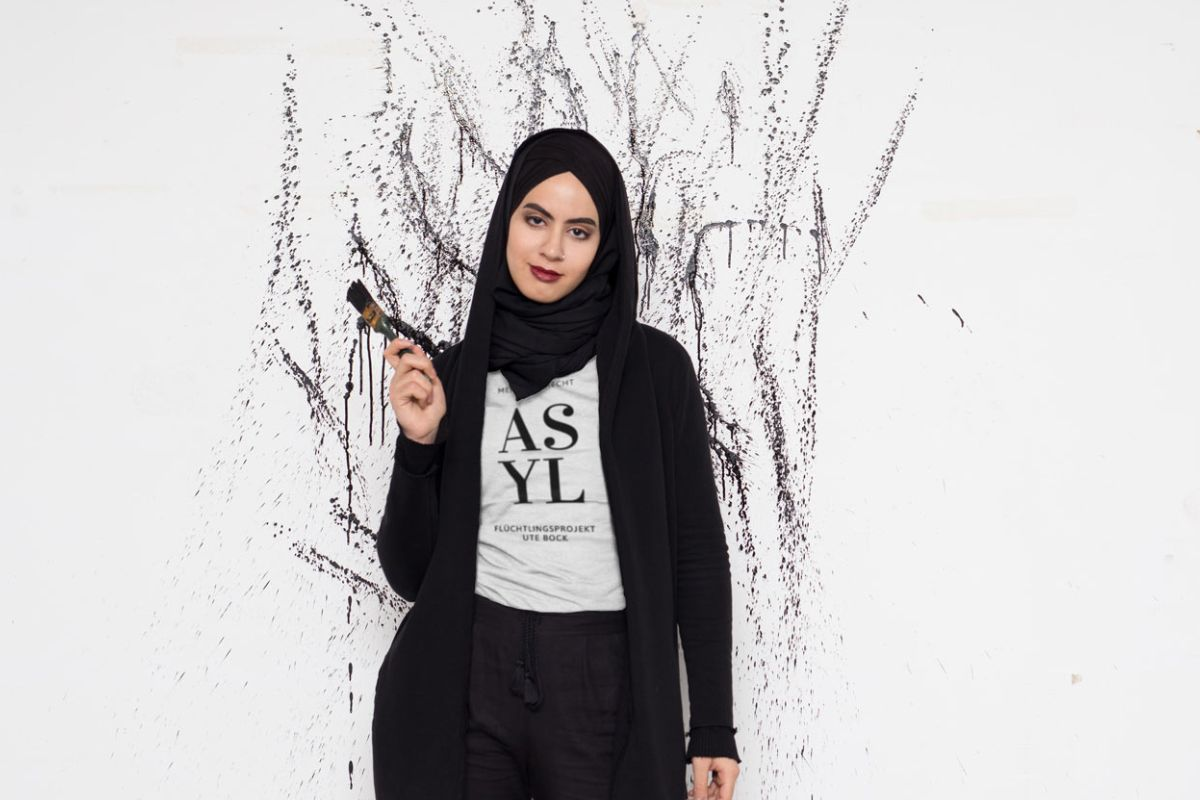 "Model mit Shirt ""Menschenrecht Asyl"""