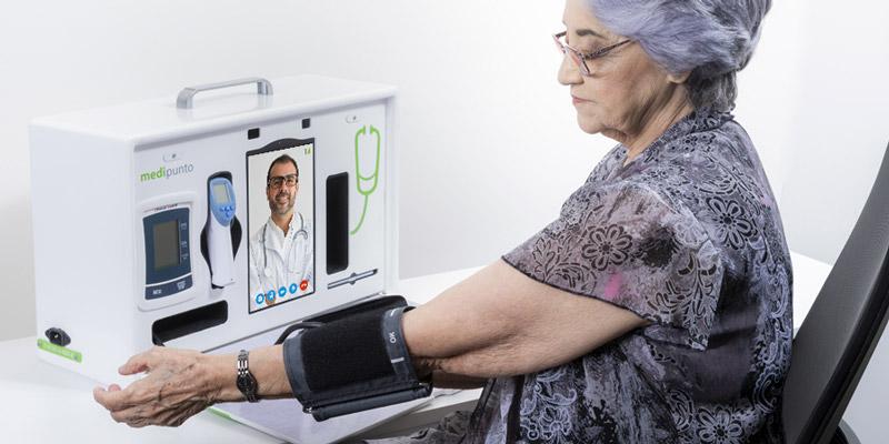 Anciana utilizando tensiómetro de Medipunto en jornada de salud