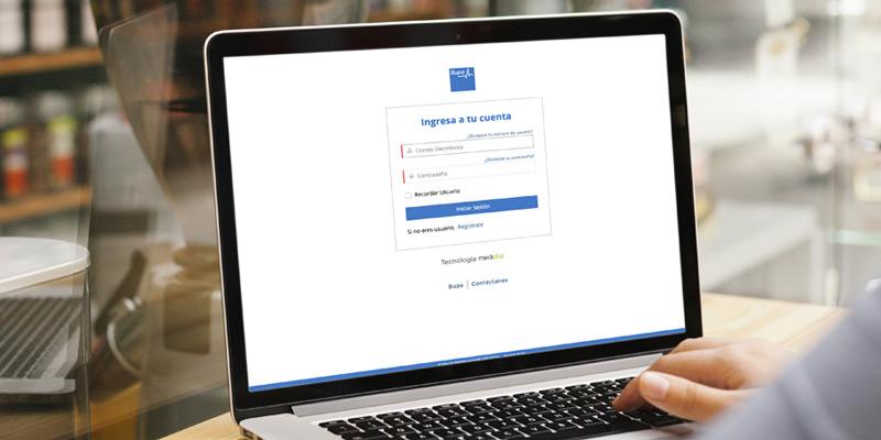 Paciente ingresando a su cuenta en plataforma médica de Bupa y Mediclic desde computadora portátil
