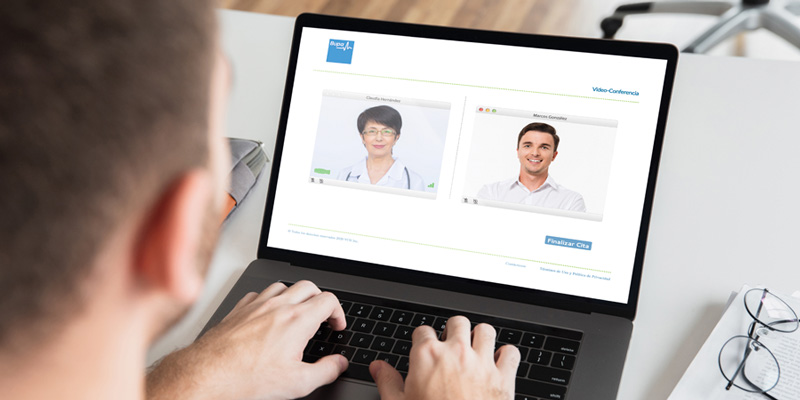 Hombre teniendo videoconsulta médica por web