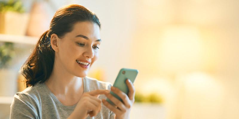 Chica joven comunicándose a través de su smartphone