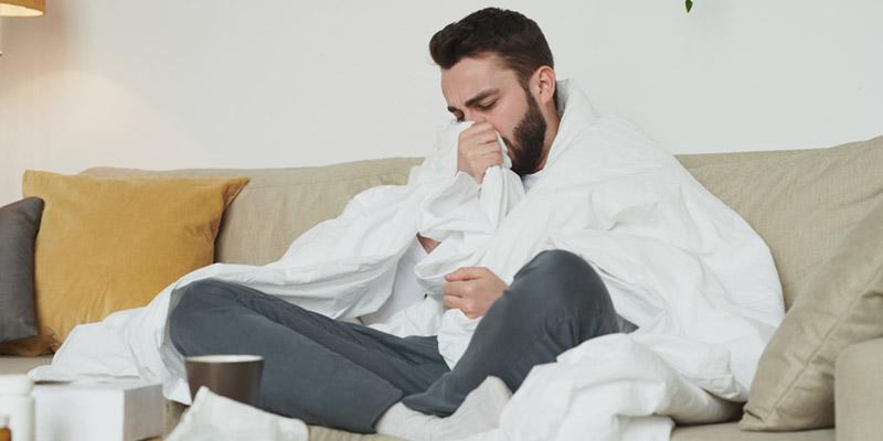 Hombre joven resfriado en casa