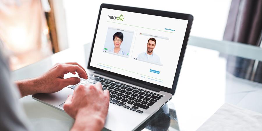 Persona teniendo una cita médica virtual en plataforma web de Mediclic