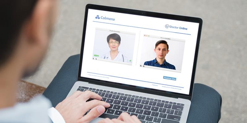 Hombre teniendo una atención médica en plataforma Doctor Online de Colmena