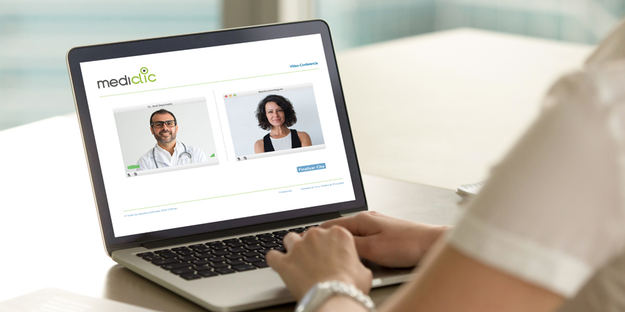 Persona teniendo videoconsulta médica por plataforma web de Mediclic en su computador portátil