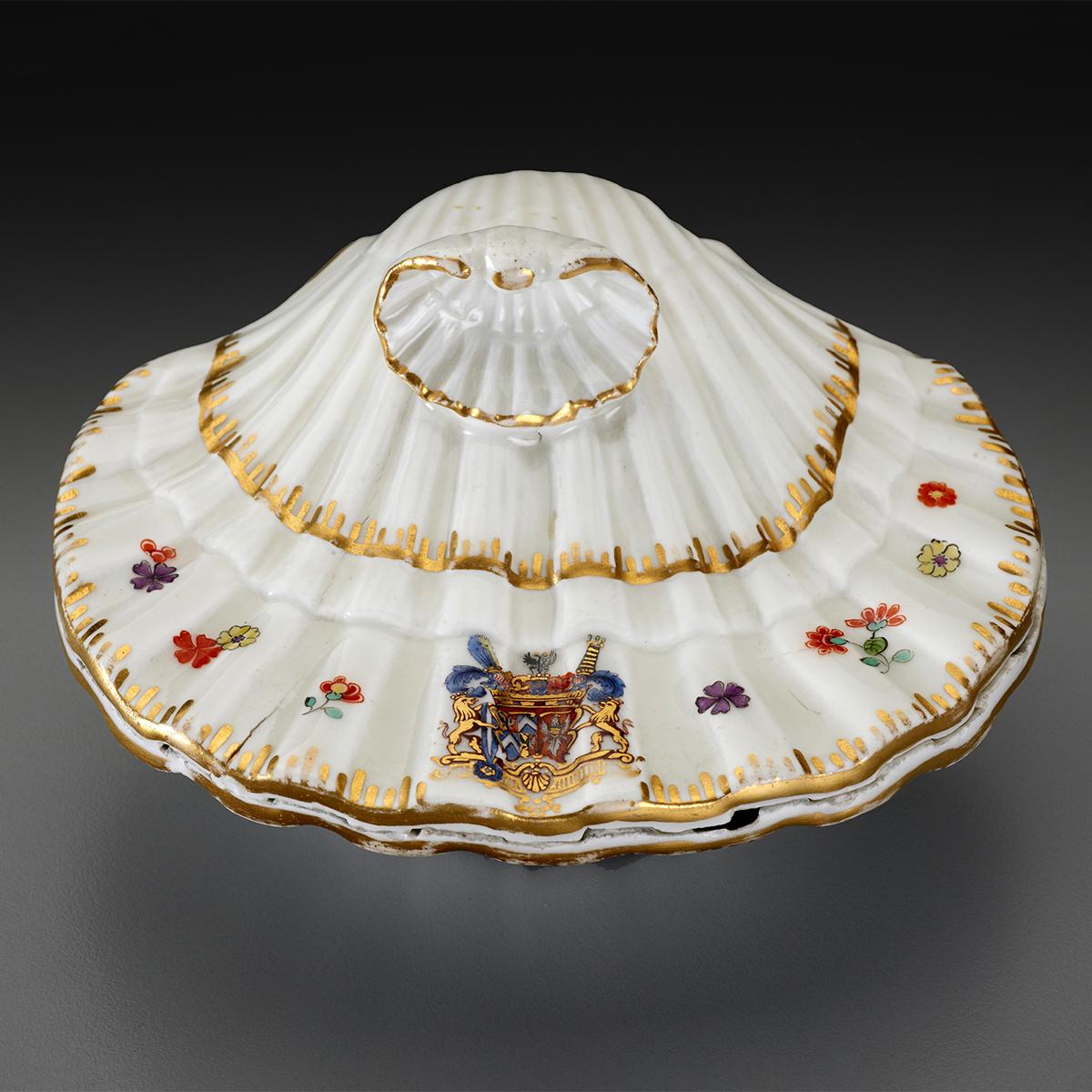 Porcelain spicebox shaped like a shell