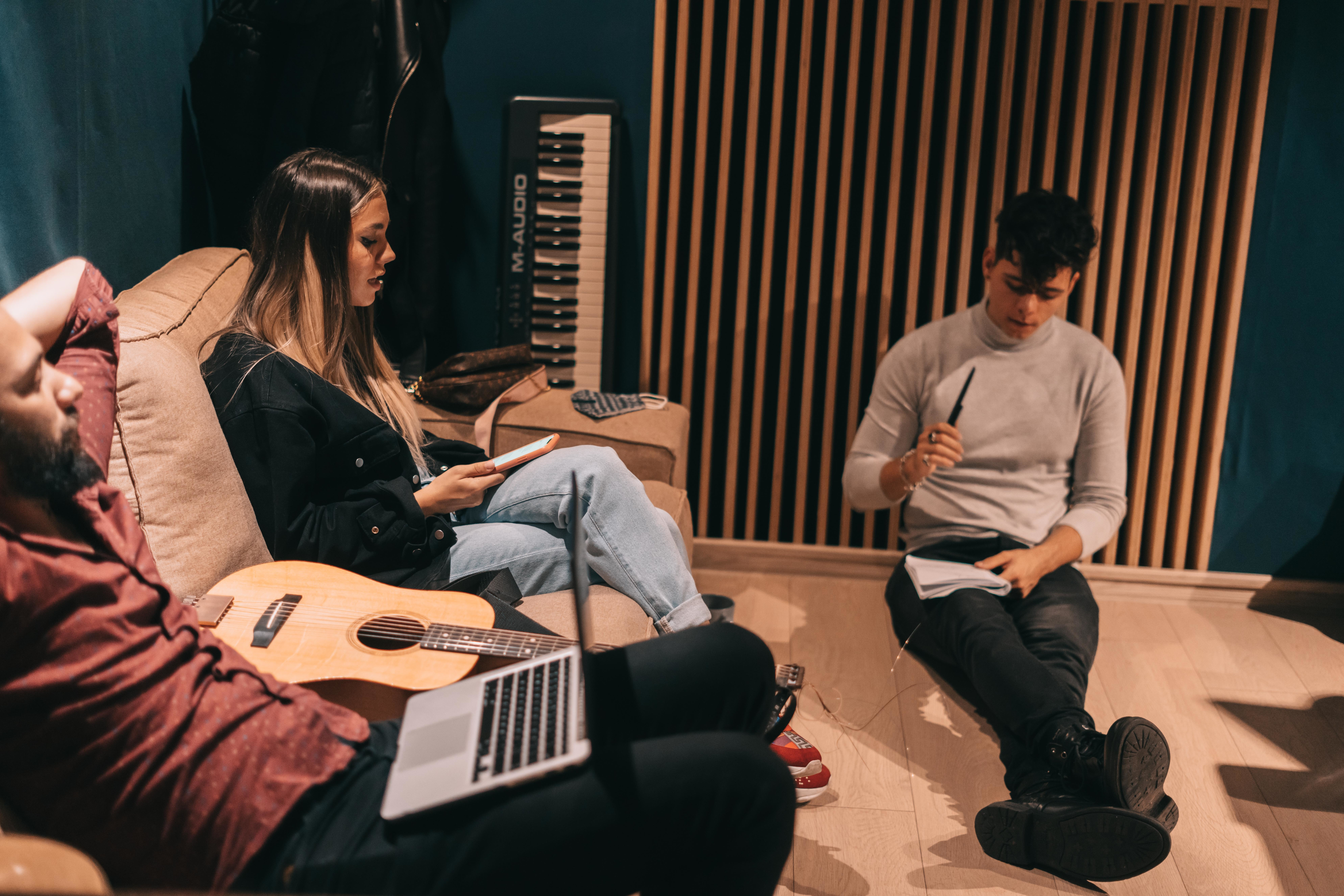 {focus_keyword} RUBY, JO, MIRA și AMNA sunt o parte dintre artiștii care participă la primul Creative Camp Seassion din acest an organizat de Cat Music în parteneriat cu HaHaHa Production fe81c955 cc39 47e9 9003 9798b9c181e7