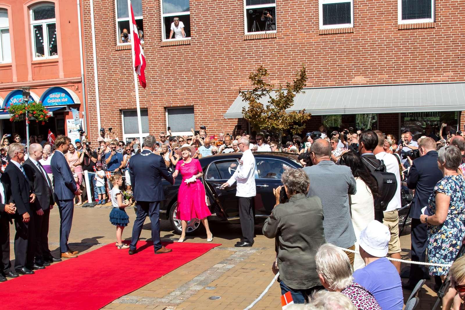 Deltag i modtagelsen af dronningen den 23. juni i Sønderborg og Gråsten