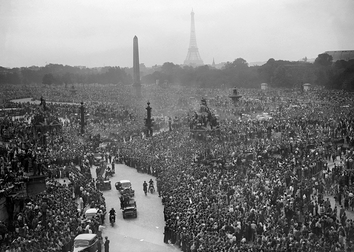 The crowd waiting for the victory parade(Photo: AFP)