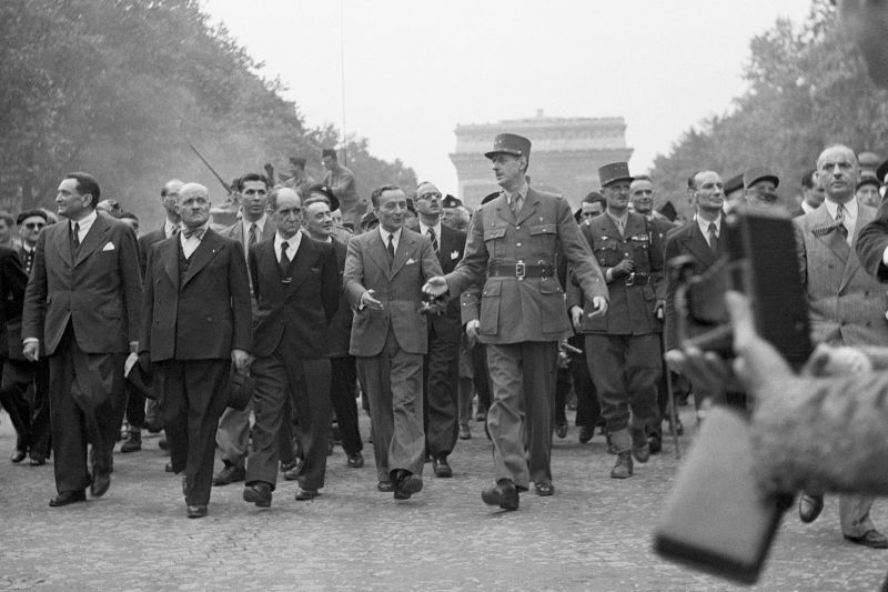 De Gaulle marching down the Champs-Élysées, on his side General Leclerc with his walking stick(Photo: Bettmann Archive/Getty Images)