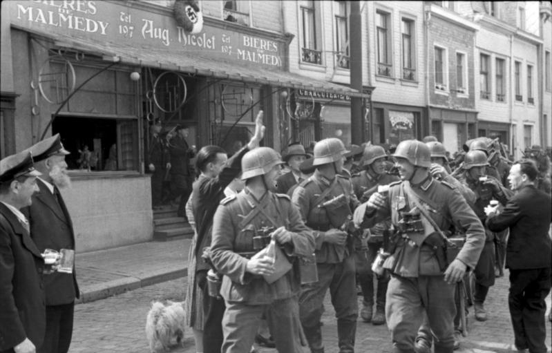 German troops enjoying a few beers and a warm welcome in Malmedy, Belgium(Photo: Bundesarchiv)