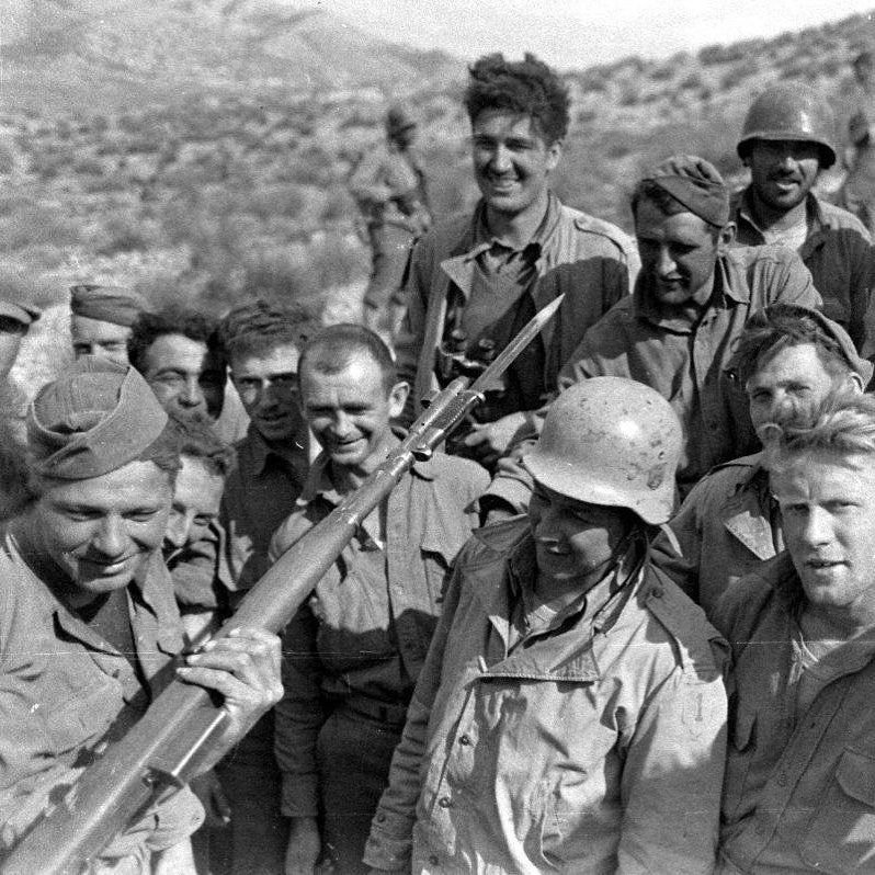 Men from Allen's 1st Infantry Division examine a captured German Gewehr 41 semiautomatic rifle in Tunisia in 1942(Photo: U.S. military)