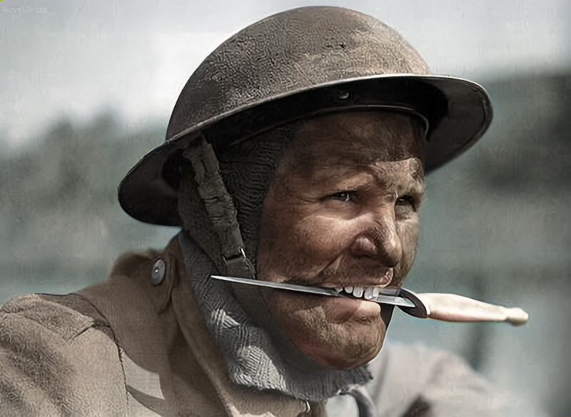 A British soldier with a Fairbairn-Sykes knife (Photo: Reddit)
