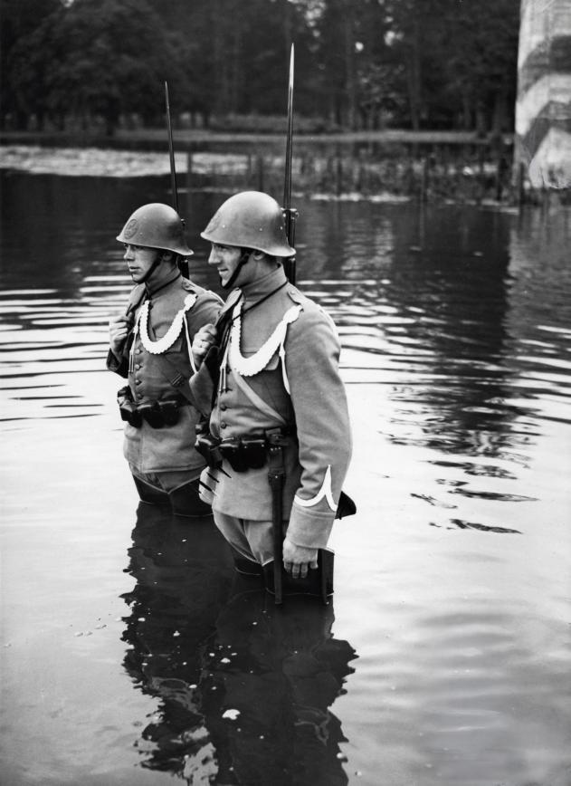 Dutch soldiers standing guard in a flooded part of the Dutch-German border in late 1939(Photo: Dutch National Archives)