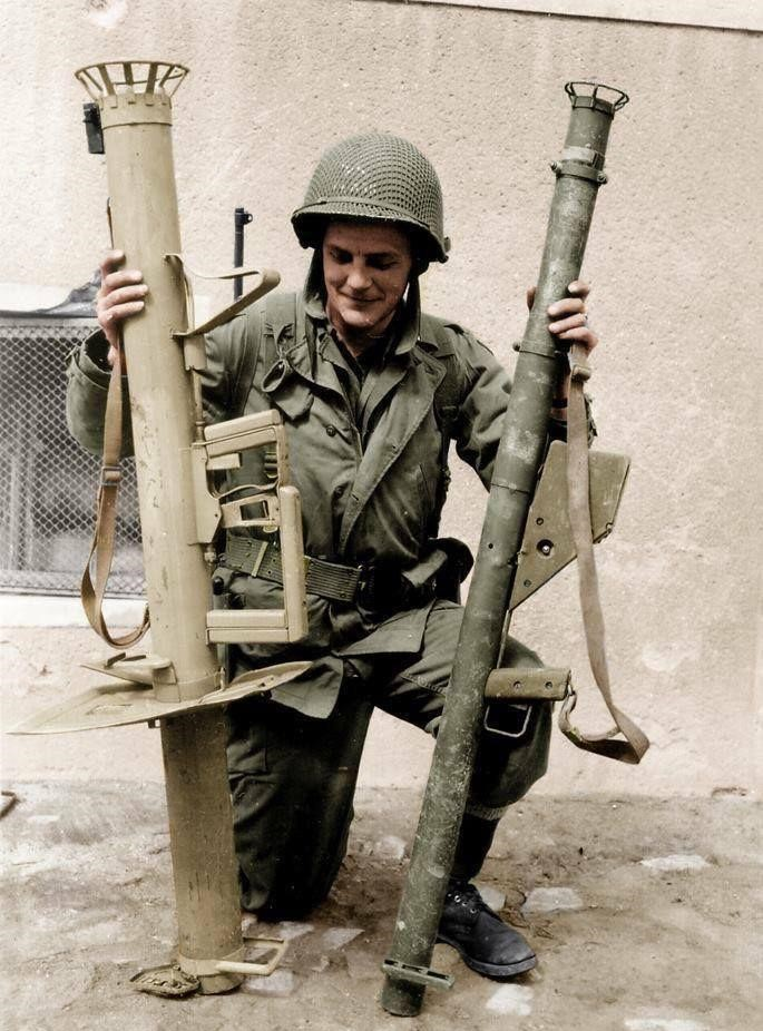 An American soldier with a German Panzerschreck and an American bazooka(Photo: www.libredd.it)