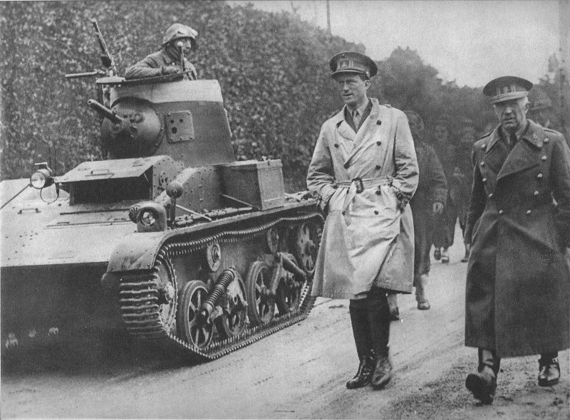 King Leopold III (center) visiting the troops in early 1940(Photo: rarehistoricalphotos.com)