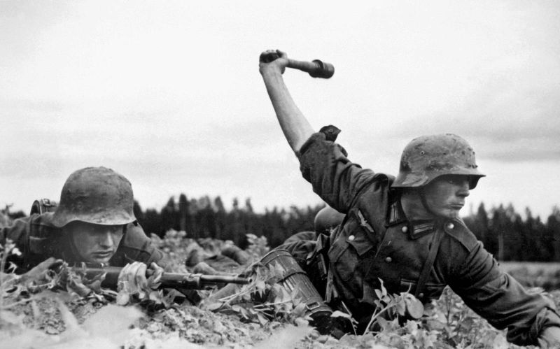 German soldiers covering their helmets with mud as camouflage in Russia(Photo: NARA)