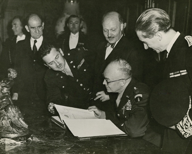 Dostert (leaning in) with Eisenhower(Photo: oxy.edu)