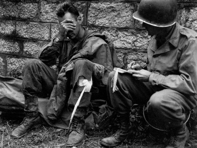 A medic writing a medical tag for a wounded GI during the battle (Photo: histomil.com)