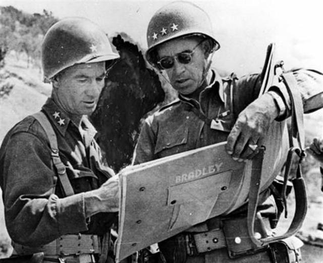 Allen (left) and Bradley studying a map in Sicily(Photo: histomil.com)